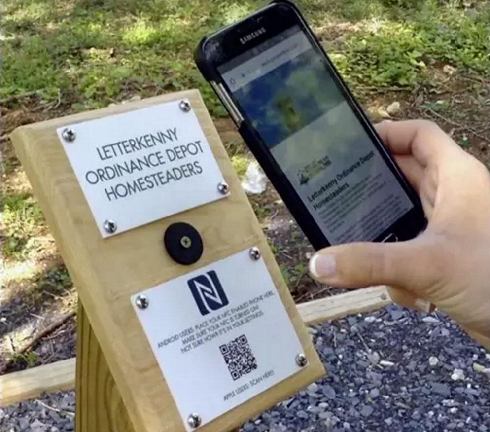 纪念步道加入NFC智能化讲解牌,参观者可刷手机了解纪念信息